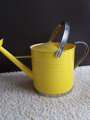 Neue gelbe Gießkanne für Garten