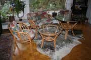 Rattansitzgruppe mit zusätzlichem Tisch