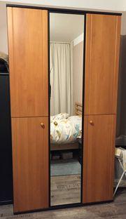 Moderner Schlafzimmerschrank mit Spiegel - muss