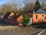 Altes Haus mit Nebengebäuden am