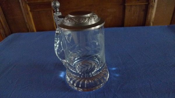 Glas-Krug mit » Geschirr und Besteck