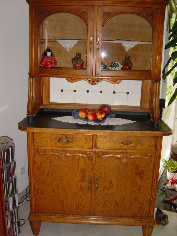 Vitrinenschrank aus Holz - Bücherschrank - Kleiderschrank - Teppich ...
