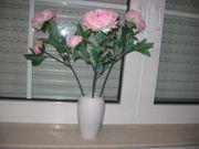 Vase mit Kunstblüme
