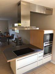 Küche bestehend aus Kochinsel und