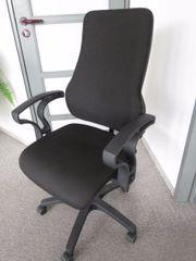 schwarzer Büro-Drehstuhl