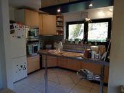 Große Küche mit Elektrogeräten