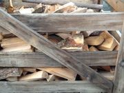 Brennholz Scheite und hackschnitzel