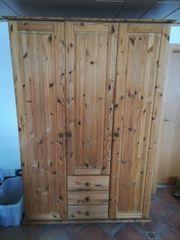 Holzkleiderschrank