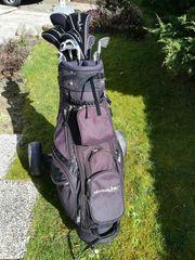 Golfbag mit Schlägern und Trolley