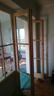Altes Fenster mit tür zu