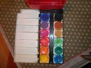 Wassermalfarben und Becher (