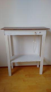 Weißes Holzregal