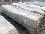 Historische Steintreppen aus grauem Sandstein