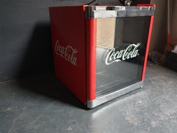 Kühlschrank Coca : Dosen cocacola in kühlschrank stock fotografie und mehr bilder von