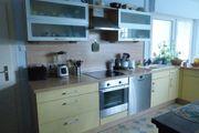 Große Küche mit Geräten von