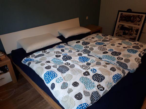 Doppelbett mit Holzrahmen und Nachttischschränke in Schwegenheim ...