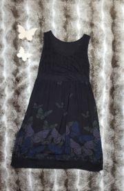 dunkelblaues, gemustertes Sommerkleid