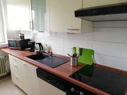 Moderne Küchenzeile in weiß mit