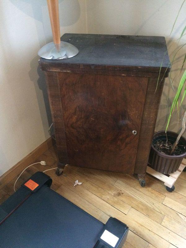 Nähmaschine mit Schrank » Haushaltsgeräte, Hausrat, alles Sonstige