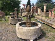 Schöner historischer Ringbrunnen mit Zapfen